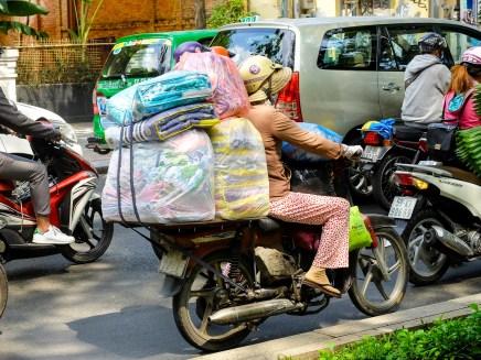 Могопедите служат за всичко - за придвижване, за спане отгоре им и за пренасяне на огромни денкове стока