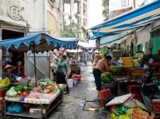 Малък квартален пазар за пресни зеленчуци и месо