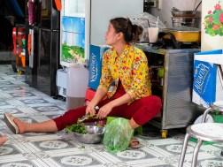 Жена подготвя храна на пода в ресторант