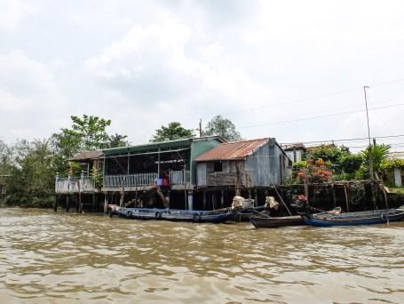Много хора живеят по бреговете на ръкавите на Меконг в наколни къщи или дори в лодки