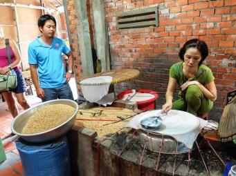 На някои от островите по реката има демонстрации на традиционни занаяти - варене на оризова ракия, приготвяне на кокосови бонбони и оризови кори за пролетни рулца