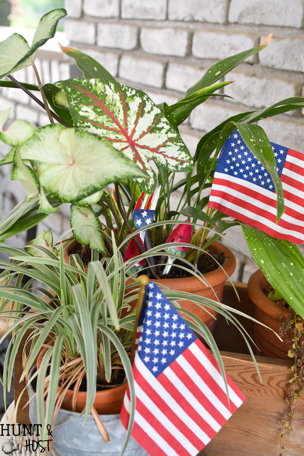 Easy DIY 4th of July craft ideas. Paint old silverware for festive July 4th decorations you can place around your house or in potted plants!
