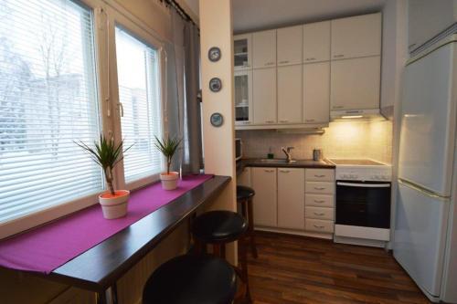 Kalustettu asunto | Keittokomero ja baaritiski | Lähderanta 22, Espoo
