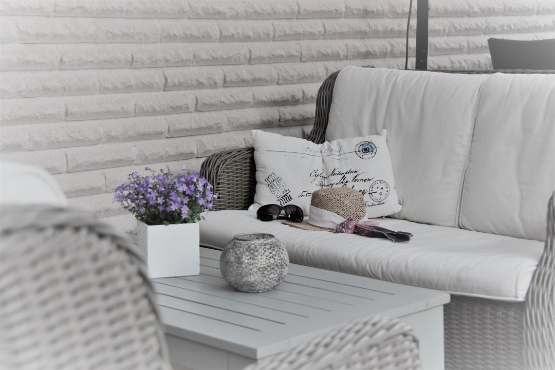 Soffa med solhatt och solglasögon.