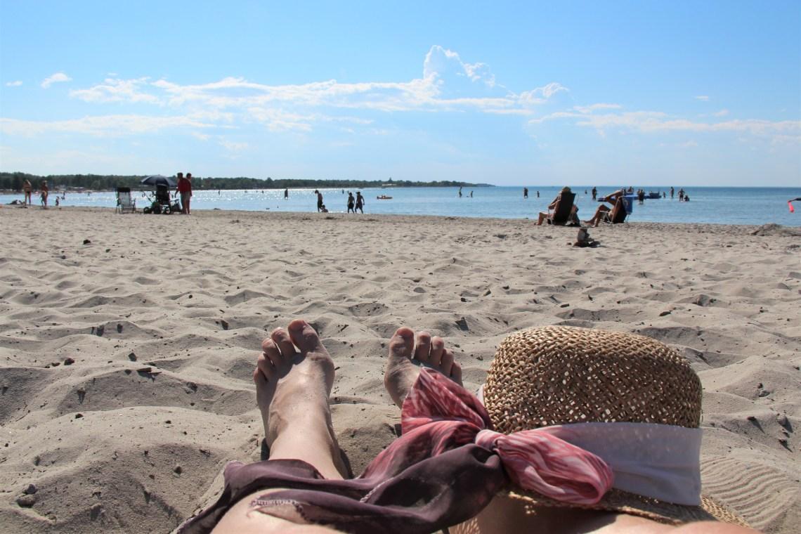 Badstrand på Öland med solhatt.