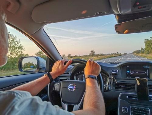 Båda händerna på ratten är en förutsättning för att köra säkert.