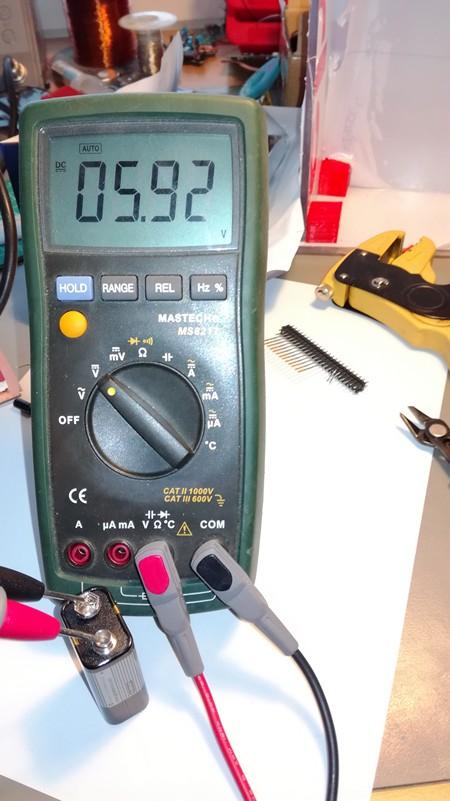 tyhjä 9 voltin paristo