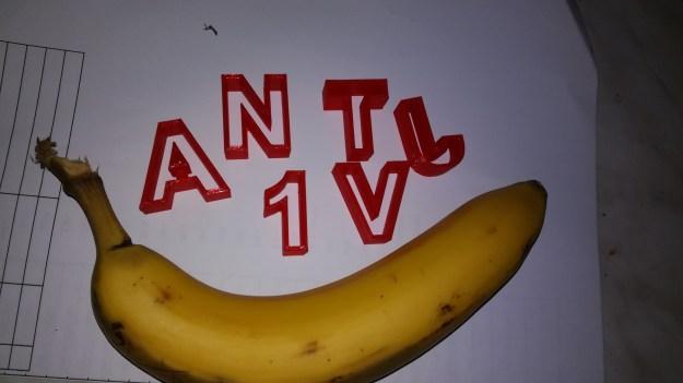 Kirjainmuotteja ja banaani. Banana for scale.