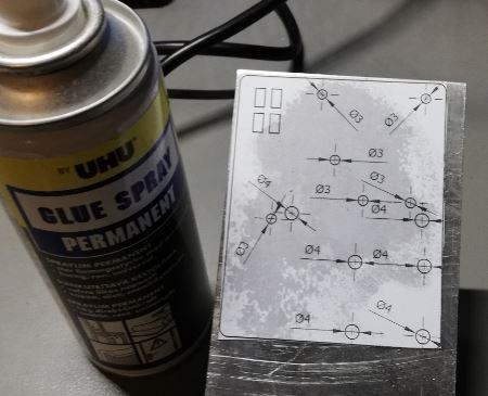 Mittakuvan liimaus alumiinilevyyn spray-liimalla