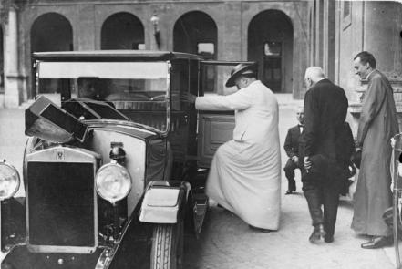 Der Papst fährt aus! Papst Pius XI. besteigt im Hof des Vatikans sein Reise-Auto zu einer Ausfahrt. Das Auto wurde ihm von der italienischen Regierung zum Geschenk gemacht.
