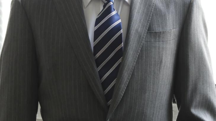 ネクタイが長くてお困りの方必見!!ネクタイが長いのはあれをするだけで解決!!