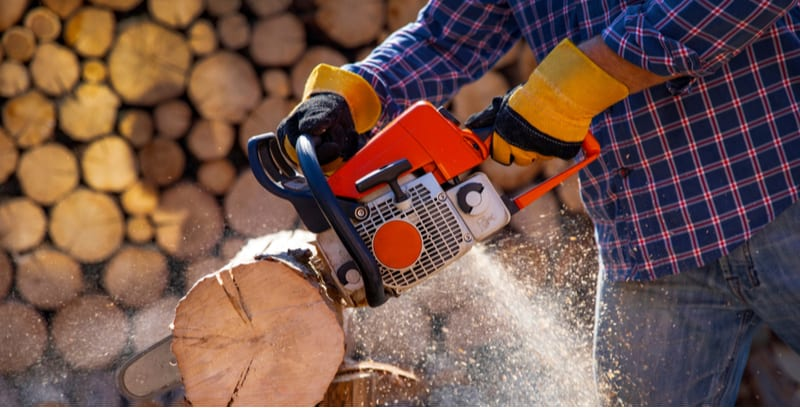With so many chainsaw now available, corded, petrol and cordless is can be difficult finding the best chainsaw. We compare 6 of the best models from top brands