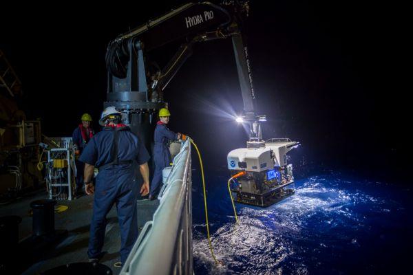 Figure 5: Récupération du véhicule télécommandé Deep Discoverer. (Gracieuseté: NOAA Office of Ocean Exploration and Research, 2016 Deepwater Exploration of the Marianas)