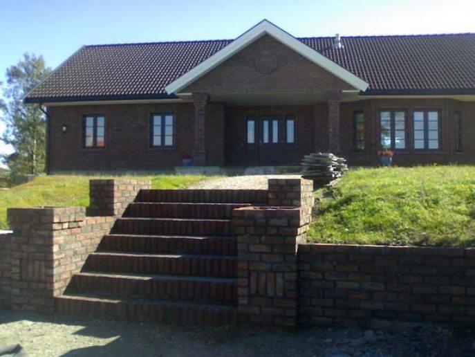 Ferdig forblendet trapp og hus i teglsten