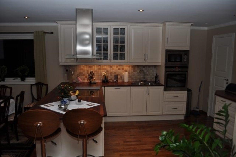 Stilig lyst kjøkken fra annen vinkel