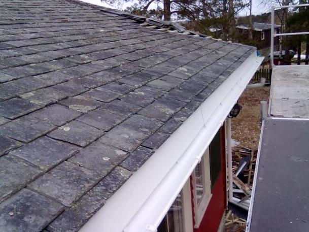 Legging av skifersten på taket