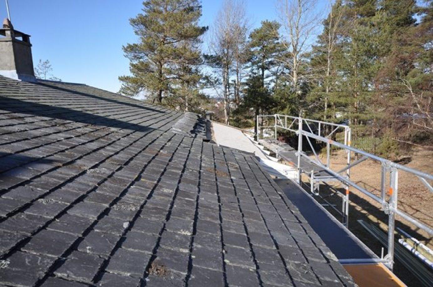 Ferdig lagt skrifersten på ene delen av taket