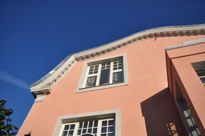 Ferdig fasadepuss med detaljer i gesims og og gavl