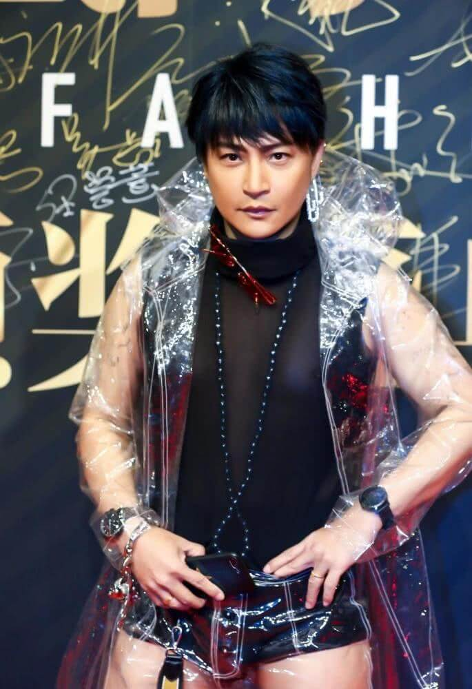 Chen Zhipeng Shows All in a Transparent Raincoat-2