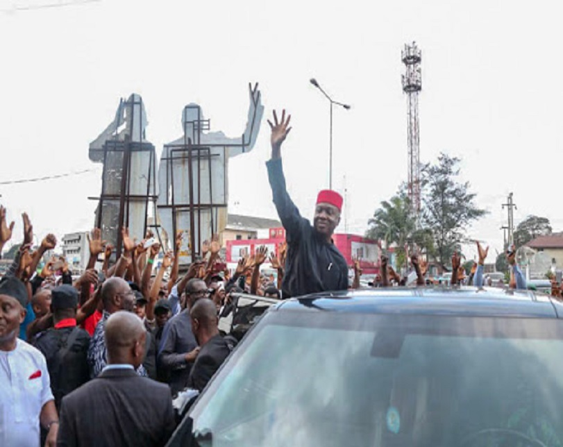 Saraki Received By Crowd As He Arrives Port Harcourt (Photos)