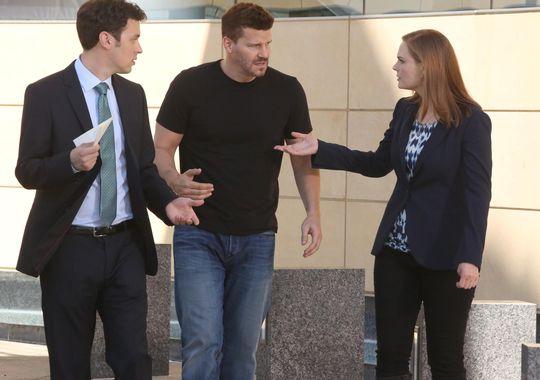 Sweets, Booth e Brennan discutono del caso
