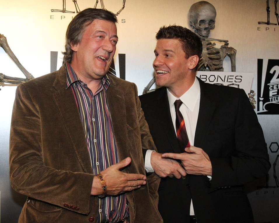Stephen Fry e David Boreanaz sul red carpet del party per i 100 episodi di Bones