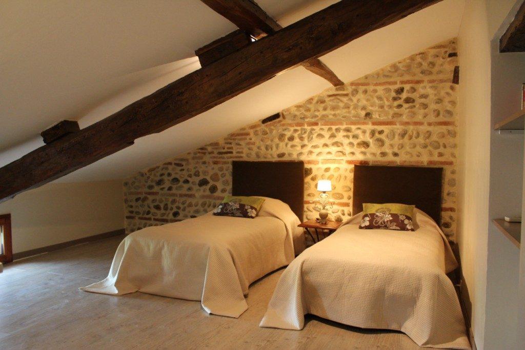 Buhardilla con camas dobles  Imgenes y fotos