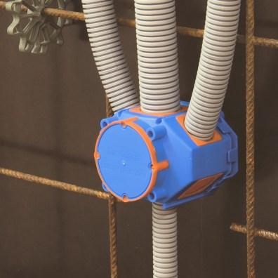 So sehen die fertigen Installationen der Rohre mit der Membranbetondose und der Membranflügelbetondose im Ortbeton aus. Gut sichtbar: Die Elastomerdichtungen für den Einsatz im Sichtbeton. (Bild: Primo GmbH)