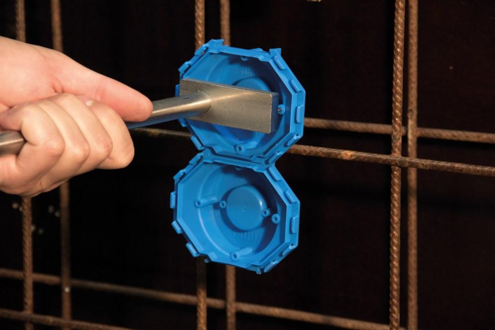 Die neue Betondose tief 2.0 lässt sich als Decken- oder Verbindungsdose einfach mit dem patentierten Nagler von Primo an die Schalung nageln. (Bild: Primo GmbH)