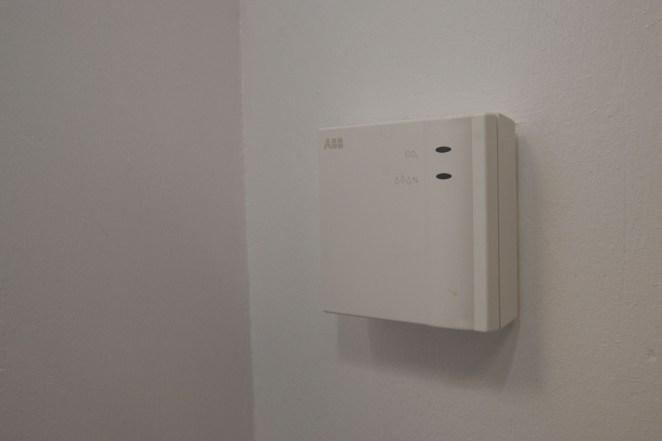 Der CO2-Sensor aus dem Hause Busch-Jaeger gibt der kontrollierten Wohnraumlüftung über das ABB i-bus KNX-System die notwendigen Informationen.