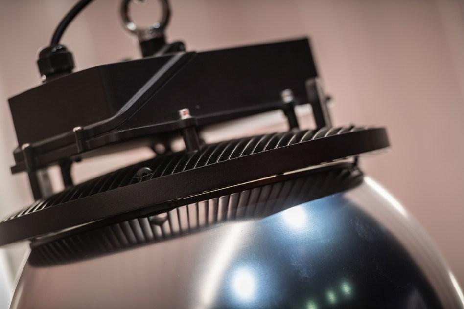Ledvance erweitert die Produktfamilie der lichtstarken High Bay-Leuchten für Lagerhallen, Industrie und Logistikzentren um die smarten High Bay DALI. Eine weitere Variante sind die High Bay DALI CLO, die über die gesamte Lebensdauer einen konstanten Lichtstrom bieten. (Bild: Ledvance)