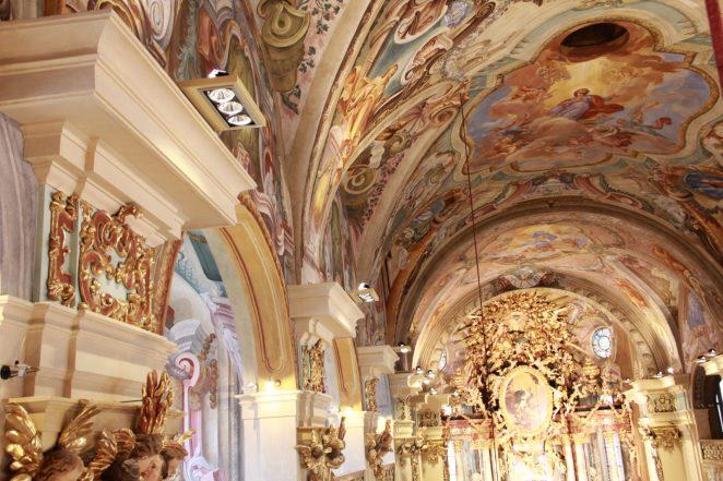 In Summe wurden in der Stiftskirche 50 RZB-Strahler vom Typ »MagcardoMaxi LED« installiert. Sie sorgen für ein hohes Beleuchtungsniveau bei gleichzeitig niedrigem Energieverbrauch. (Bild: RZB)