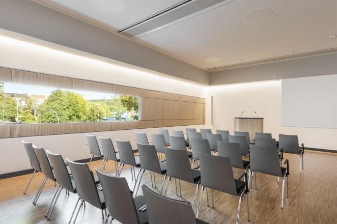 In den Seminarräumen setzen die Lichtplaner das Beleuchtungskonzept konsequent fort. Individualleuchten streifen mit homogenen, weißem Licht die Wände und schaffen ein behagliches Ambiente. (Bild: Josef Barthelme GmbH & Co. KG)