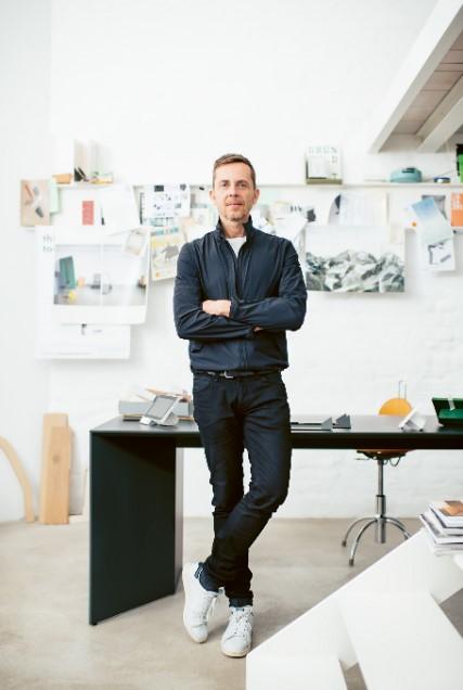 Designer Eric Degenhardt hat bei der Entwicklung von Siedle Axiom eng mit der Konstruktionsabteilung von Siedle zusammengearbeitet.(Bild: Siedle Axiom)
