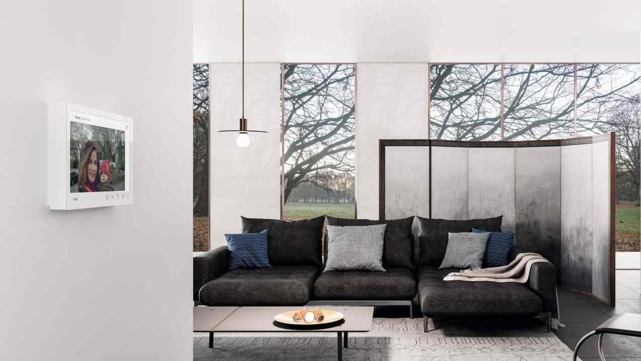 Die neue Gira Wohnungsstation Video AP 7 verbindet Wohnkomfort mit Sicherheit und beeindruckt durch ihr puristisches Design. Angeboten wird sie in zwei Farbvarianten mit jeweils passender Glasoberfläche: Reinweiß glänzend mit weißem Glas sowie Schwarz matt mit schwarzem Glas. (Bild: Gira)