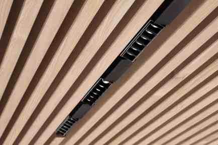 Ein Design-Highlight ist das Lichtsystem auf Basis der linearen 3-Phasen-Stromschiene, die in der Decke nahtlos versenkt werden kann. (Bild: Zumtobel Lighting GmbH/EOOS)