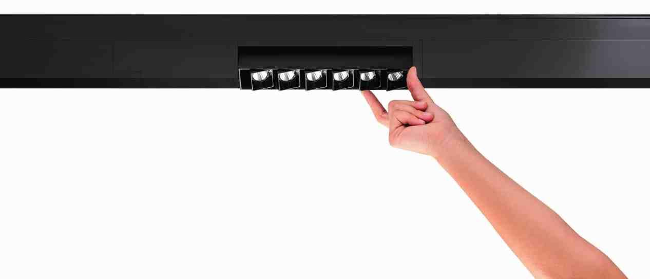 Die synchrone kardanische Aufhängung (Synchro Gimbal): das einfache, clevere Design kombiniert ein drehbares Downlight geschickt mit der linienförmigen Leitungsführung von Supersystem integral. (Bild: Zumtobel Lighting GmbH/EOOS)