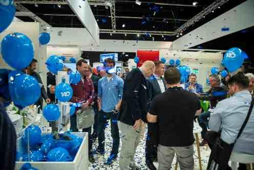 Partystimmung am Messestand zum 140. Geburtstag von Busch-Jaeger. (Foto: Marc Schwarz)
