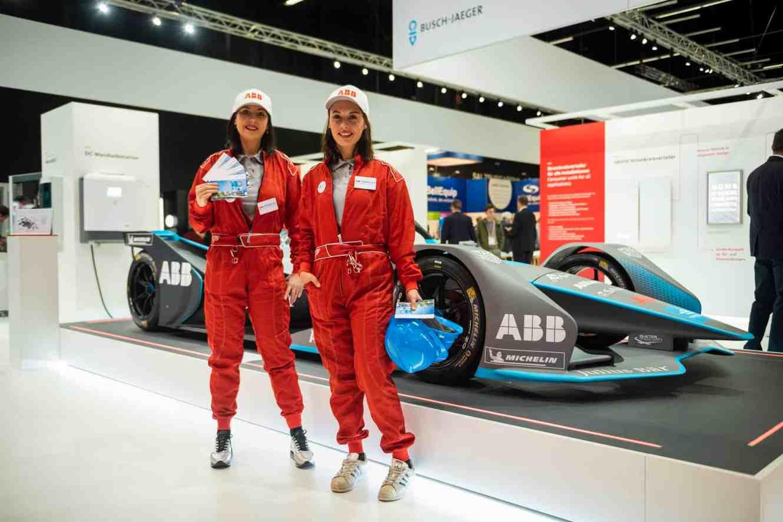 Ein Hingucker neben dem ABB Formula E Auto: Die Messedamen im Rennoutfit. (Foto: Marc Schwarz)