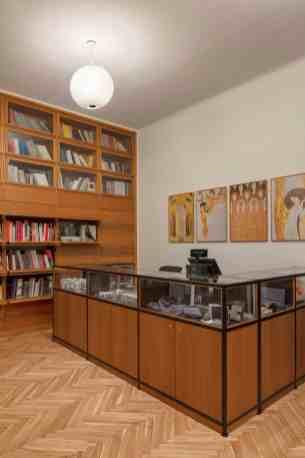 Der Shop, seitlich der Eingangshalle, hält allerlei Souvenirs, Poster und Bücher bereit. Er verfügt auch über vier von Hermann Czech und Adolf Krischanitz mit Zumtobel entwickelte Alva LED-Pendelleuchten, Teil der Zumtobel Sonderkollektion »the editions«. (Bild: Zumtobel)