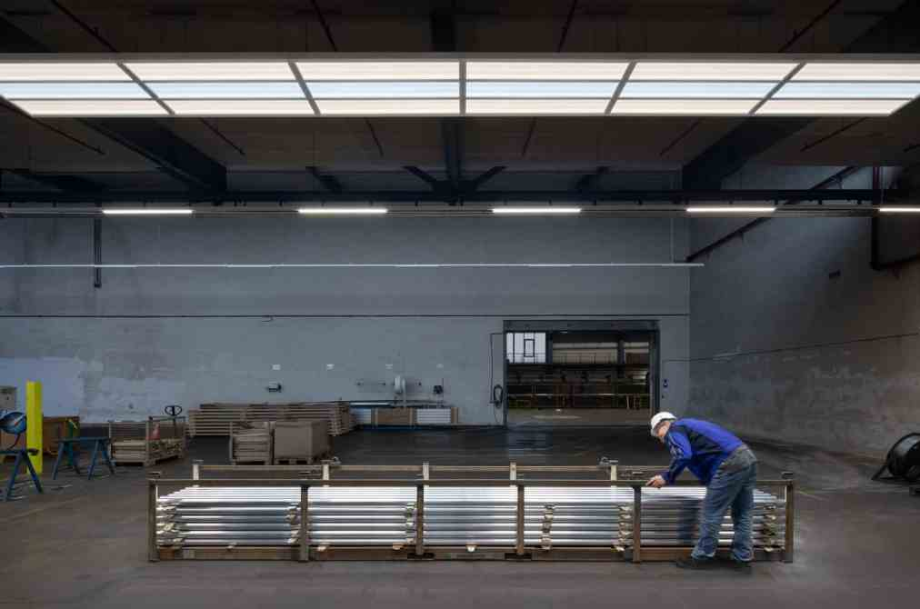 Die Technologie der Oberflächenkontrollleuchte Coesa unterstützt mit ihren kontrastreichen Lichtlinien die Qualitätssicherung bei der Inspektion der Profiloberflächen. (Bild: Zumtobel)