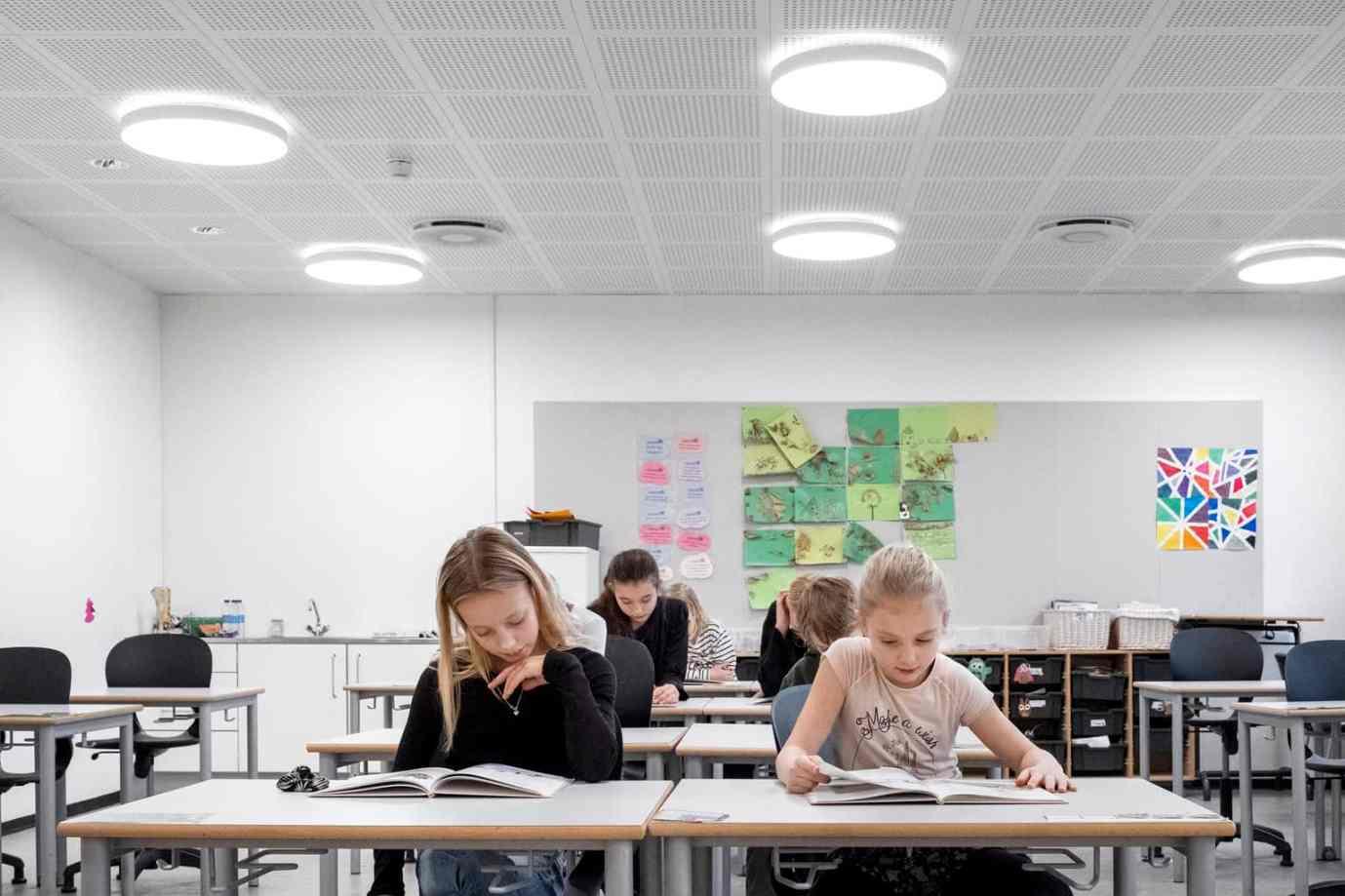 Stimulierendes, kaltweißes Licht erweckt das Klassenzimmer zum Leben und fördert die Aufmerksamkeit. (Bild: Zumtobel)