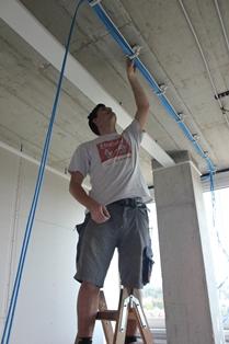 Die Sammelhalter von Schnabl sind fest mit einem Dübel-Steckelement verbunden. Die Leitungen können sofort eingelegt werden und der Verschluss lässt sich anschließend leicht zudrücken. Dieser geschlossene Ring lässt sich jederzeit öffnen und schließen. (Bild: Schnabl Stecktechnik GmbH)