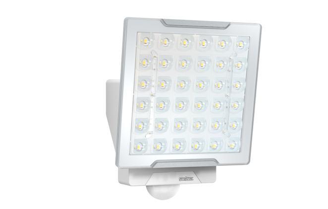 Der LED-Sensorstrahler XLED Pro Square eNet eignet sich besonders für die homogene Ausleuchtung quadratischer Flächen von maximal 10 x 10 Metern. (Bild: Steinel Professional)