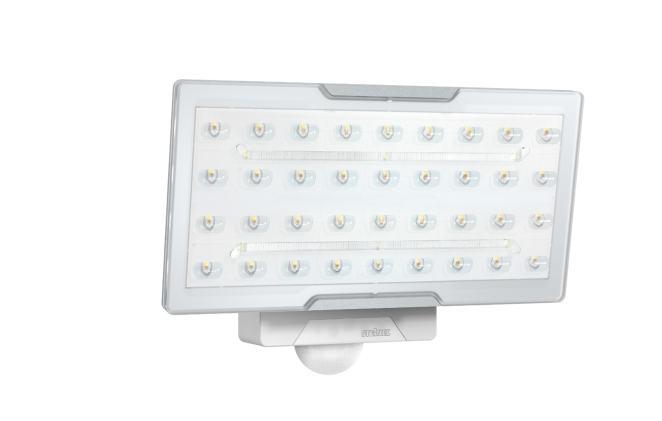 Breite Flächen von maximal 6 x 16 Metern lassen sich mit den LED Sensorstrahler XLED Pro Wide eNet hell ausleuchten. (Bild: Steinel Professional)