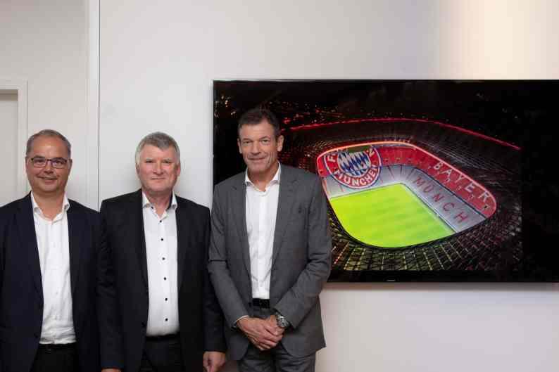Andreas Jung, Marketing-Vorstand der FC Bayern München AG, Geschäftsführer Jürgen Muth, Allianz Arena München Stadion GmbH und Alfred Felder, CEO Zumtobel Group in der Allianz Arena. (Bild: Zumtobel Group/Faruq Pinjo)