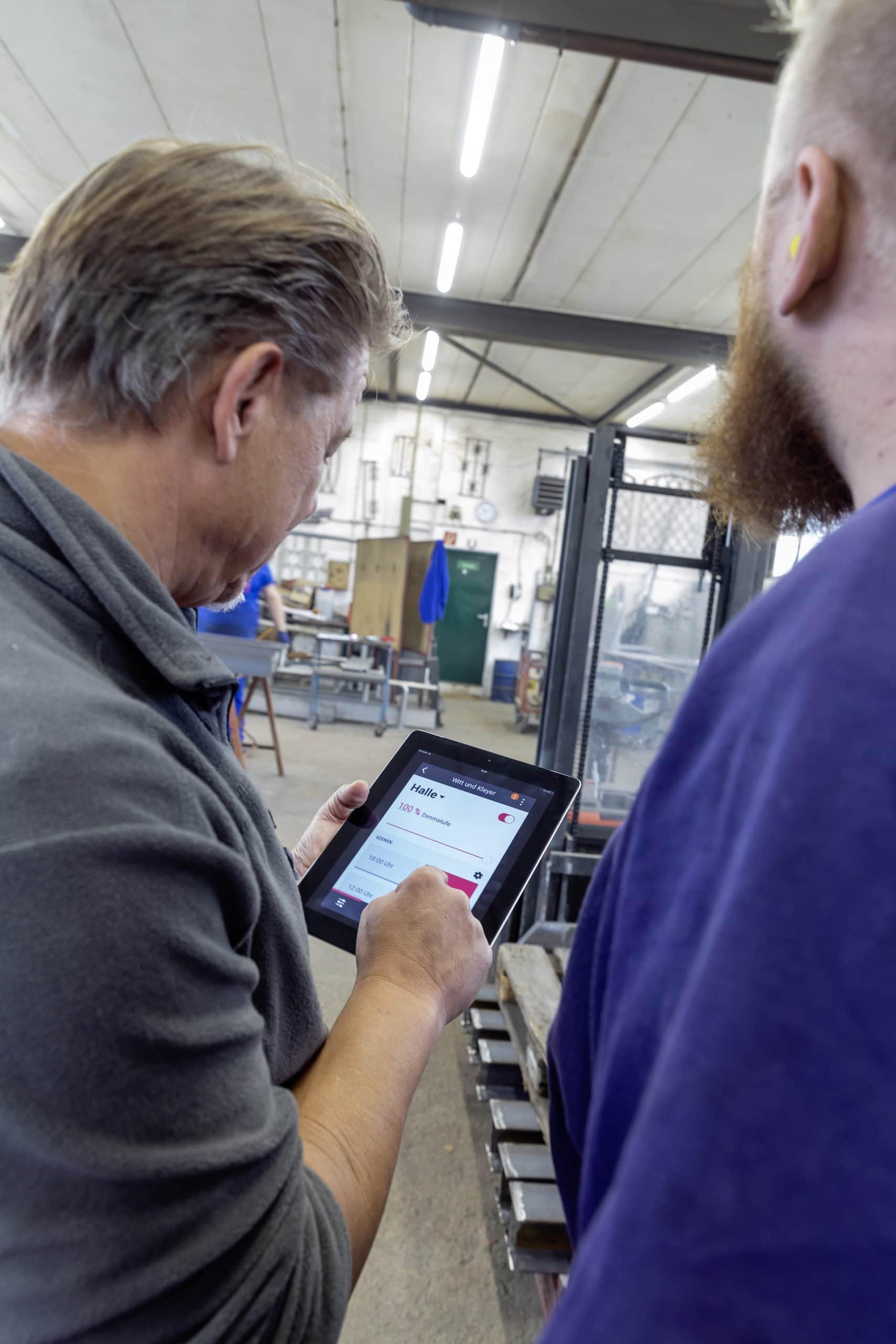 Michael Kleyer, Geschäftsführer Witt & Kleyer Schlosserei u. Metallbau GmbH, ist begeistert von der Signify-Beleuchtungsanlage, die über das Interact Pro Dashboard gesteuert werden kann. (Bild: Jörg Hempel; www.joerg-hempel-com)