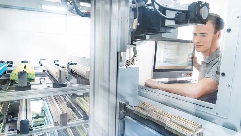 Mit dem Klippon Automated RailAssembler gehört das manuelle Kommissionieren, Zuordnen und Positionieren, Aufrasten und Sichten der einzelnen Reihenklemmen der Vergangenheit an. (Bild: Weidmüller GmbH)