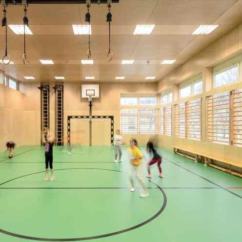Die Leuchtenfamilie Mirel Evolution fügt sich sowohl im Neu- als auch im Sanierungsbau der Volksschule Herrenried in Hohenems effizient und blendfrei in die Umgebung ein.