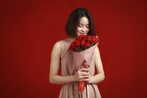 バラ簿花束を持つ女性